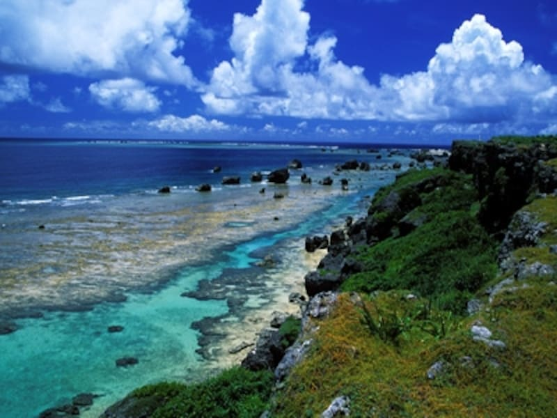 紺碧の珊瑚礁がつくり出す極上のグラデーションが広がる東平安名崎