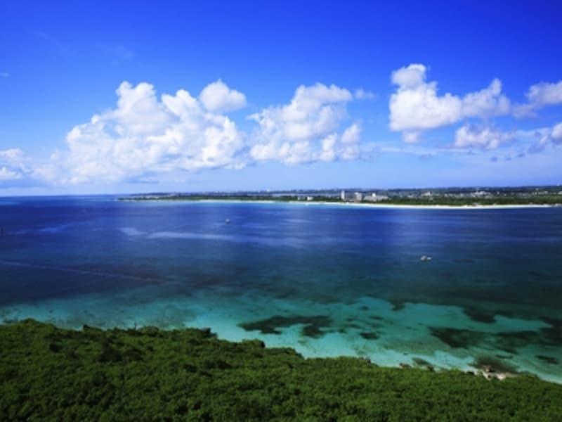 来間島から宮古島方面を見た来間海峡。前に白く見える砂浜は前浜