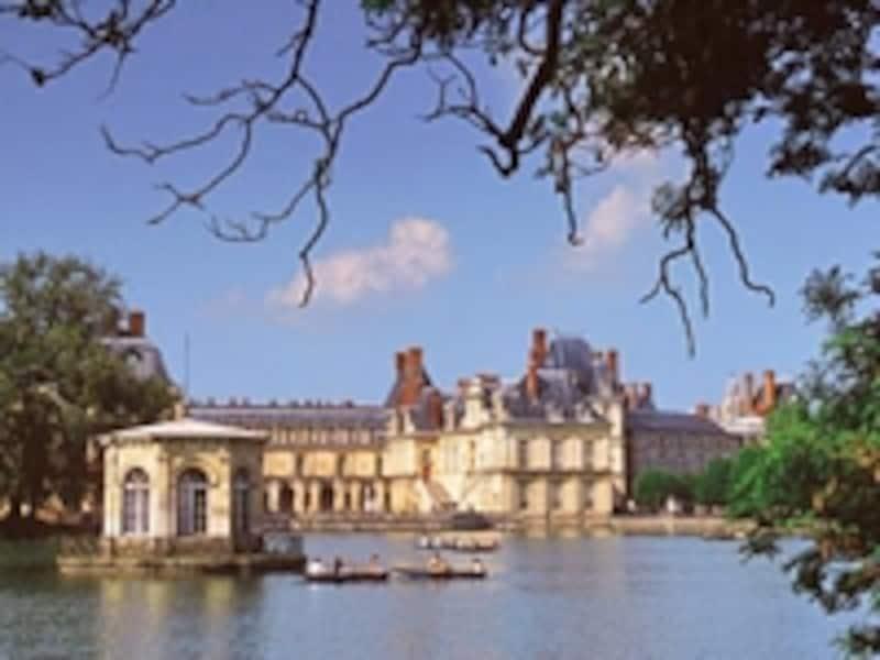 自然と華麗な歴史が調和したフォンテーヌブロー宮殿内の池©OfficedeTourismeduPaysdeFontainebleau