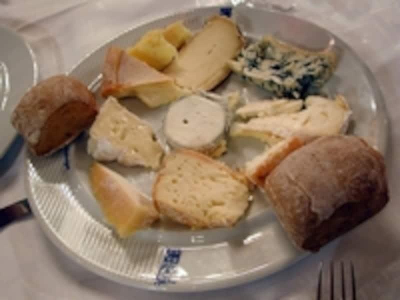 フランスで最も親しまれているブリーチーズは右の中段©ParisTouristOffice-Photographe:AmélieDupont