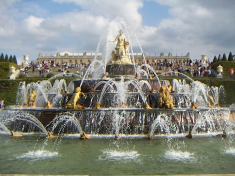 ベルサイユ宮殿の庭園にある豪華な噴水