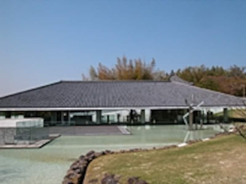 隣の新薬師寺との調和に配慮した建物