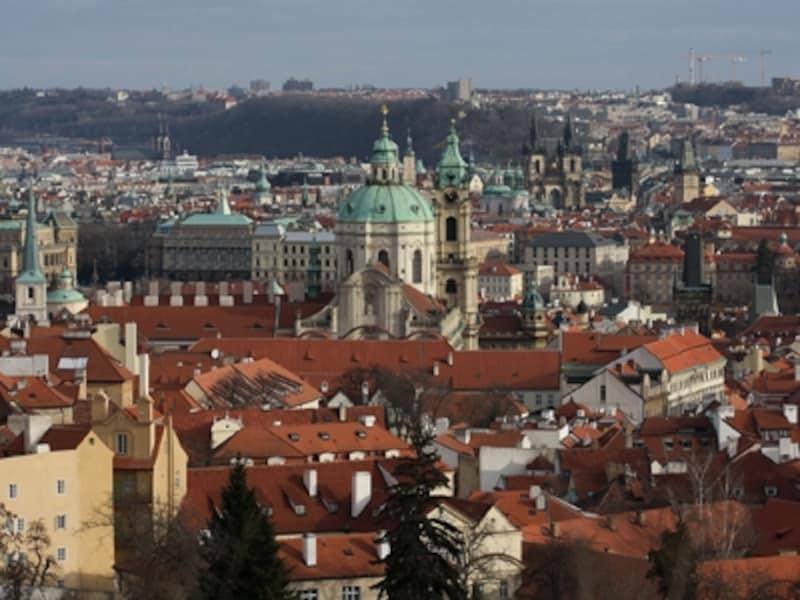赤い瓦の屋根の街並みが印象的なプラハ。中央のドームは聖ミクラーシュ教会