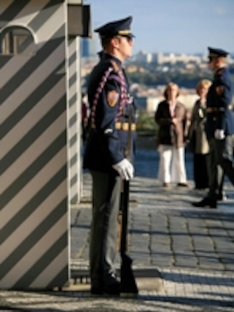 プラハ城の衛兵。毎正時に衛兵の交代があり、とくに正午のものは見ものです