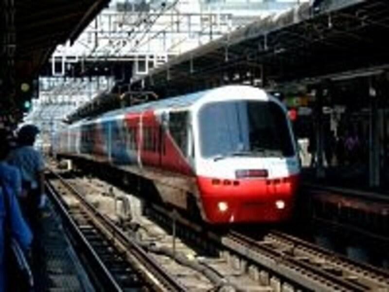 JRのスーパービュー踊り子号、踊り子号と共に伊豆急行の電車「リゾート21」も臨時特急として東京から伊豆急下田まで直行します