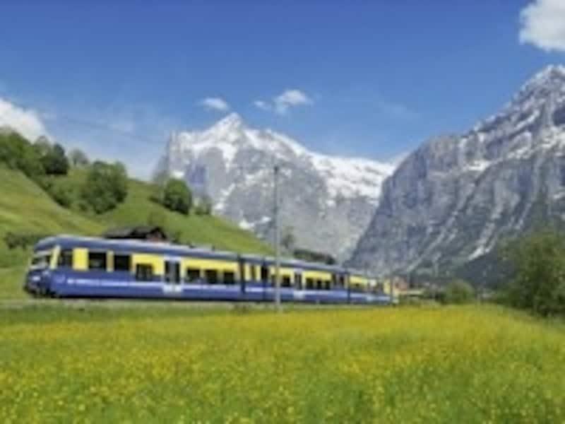 グリンデルワルトに向かう登山電車。左側の山はヴェッターホルン