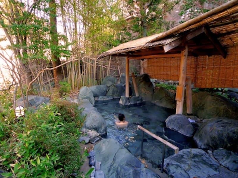 緑に囲まれた貸切露天風呂「瀬音」。22時以降はフリータイムで空いていれば自由に入れる