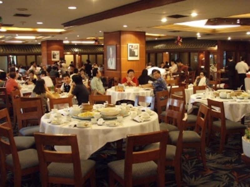 中華系タイ人が、週末家族で集まって円卓を囲んで食事を楽しんでいる姿をよく見かける