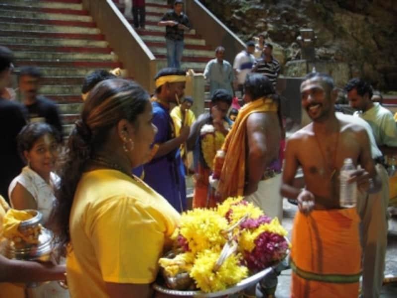 マレー人、中国人、インド人など多くの多様な民族が暮らすマレーシアですが、国語はマレー語と定められています。写真はヒンドゥー寺院に集まるインド人たち
