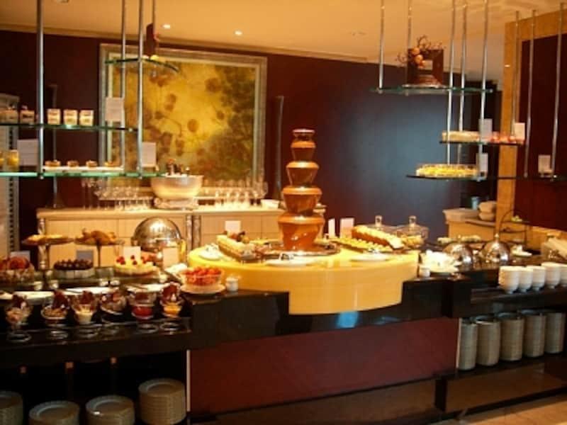シンガポールのハイティー、アフタヌーンティーのレベルの高さには定評があります。写真は、シャングリ・ラホテル内ローズベランダにて