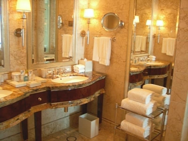各部屋のバスルームも豪華で美しいセントレジスホテルシンガポール