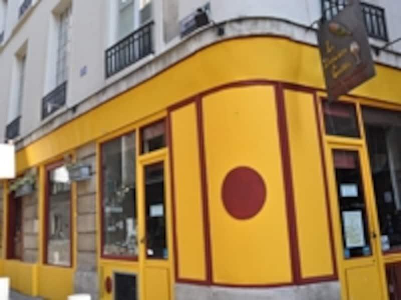 黄色の外観と手作りの看板が目印