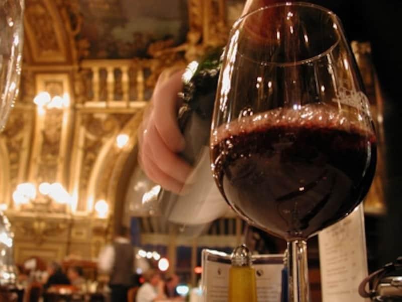 レストランの食事にワインは欠かせない©ParisTouristOffice-PhotographeAme?lieDupont