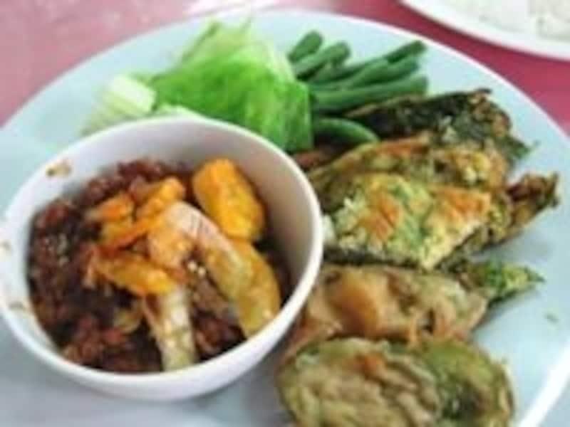 ここのナムプリック・ロンルアというディップは野菜だけでなくタイ米とも相性ばっちり