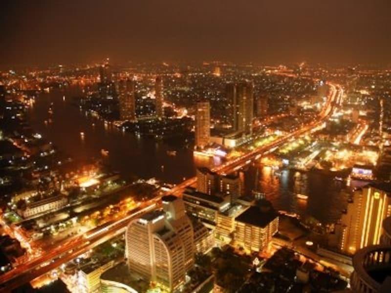 地元のタイ人と外国人が共存しているエリア。夜はナイトライフスポットが充実しているため、遅い時間までネオンの灯りが輝いている(c)yokosakamoto