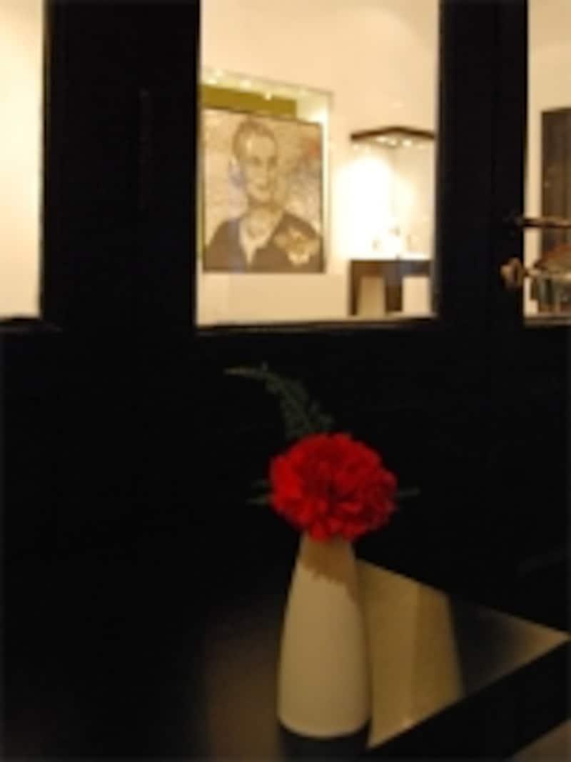 赤いカーネーションが飾られたカフェで静かな時間を過ごすのもいい