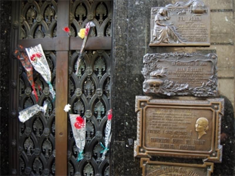 エビータの墓があるレコレータ墓地は、いつもカーネーションが飾られている