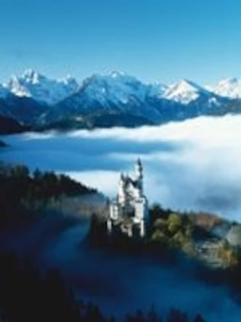 アルプスを背にたたずむノイシュヴァンシュタイン城。できすぎなほど美しいです©Merten,HansPeter
