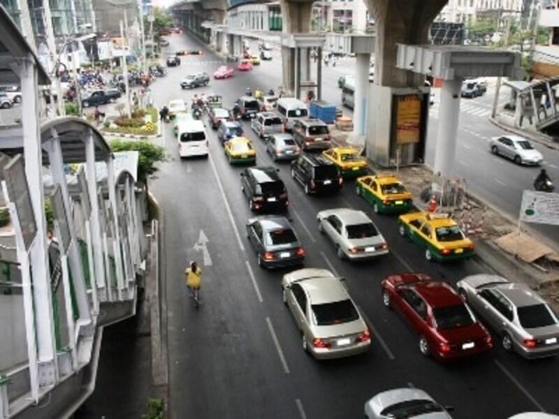 スクンビットは昼夜問わず渋滞していることが多いのでBTSでの移動をおすすめする(c)D-MARKMAGAZINE