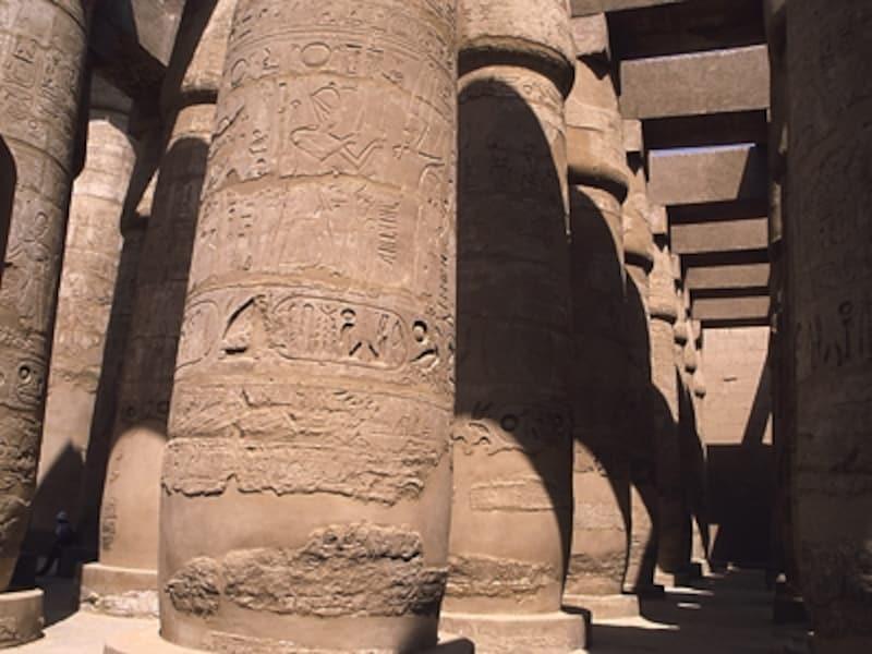 カルナック神殿の大列柱室。ラムセス1世、セティ1世、ラムセス2世が代々引き継いで増築を重ねた。柱、壁などあらゆる場所にヒエログリフや神々の姿が刻まれている©牧哲雄