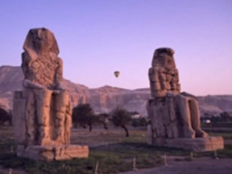 西岸にポツンとたたずむメムノンの巨像。もともと葬祭殿の入り口だったが、他の王の葬祭殿の石材として使われ、破壊されてしまった©牧哲雄