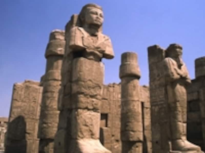 柱と立像が立ち並ぶカルナック神殿のアモン大神殿©牧哲雄