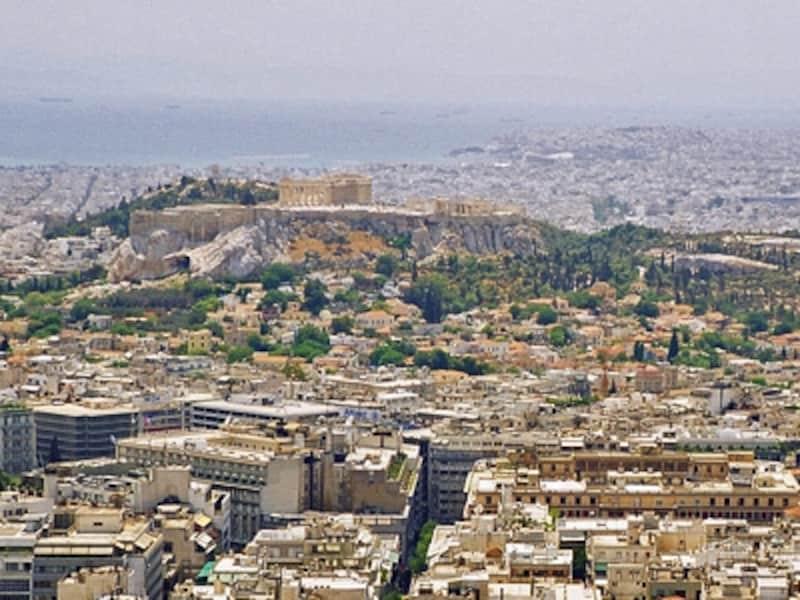 リカヴィトスの丘から見たアクロポリス。アクロ=高所・頂上、ポリス=都市、すなわち「頂(いただき)の都市」。空とエーゲ海の青に、白の家並、大地から力強く突き出した台地と、神のように座したパルテノン神殿。天・地・人が融合した景色