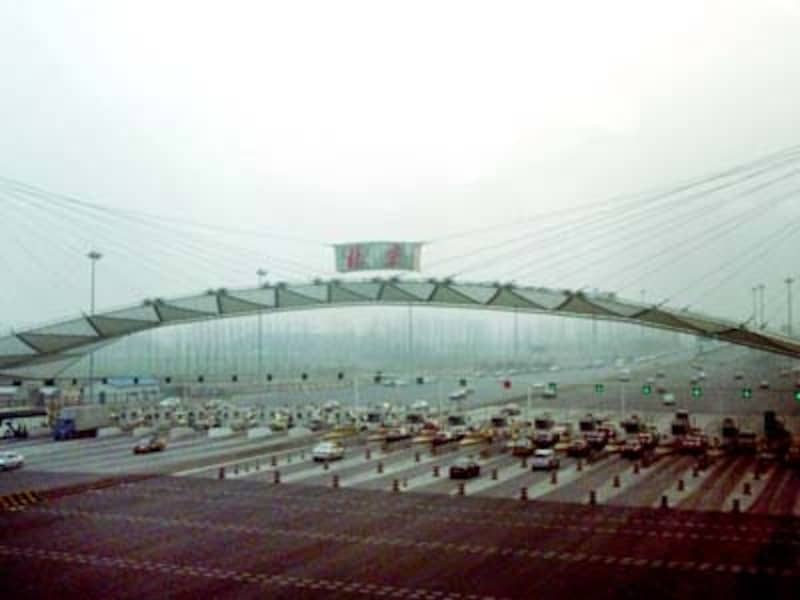 巨大な空港高速料金所