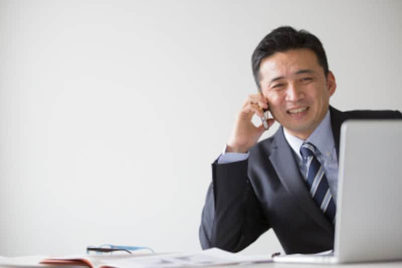 担当者の名前を言うとき、日本語では「佐藤は」「田中は」と呼び捨てにしますが、英語ではMr.やMs.の敬称を付けて呼びます。その後は、He、Sheの代名詞で受けて会話します。