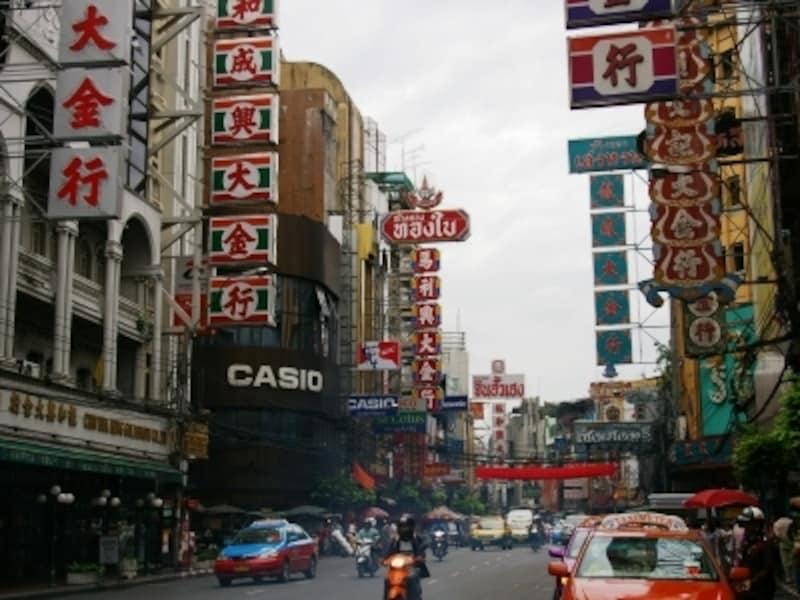 一目で中華街に足を踏み入れたと分かる町並み
