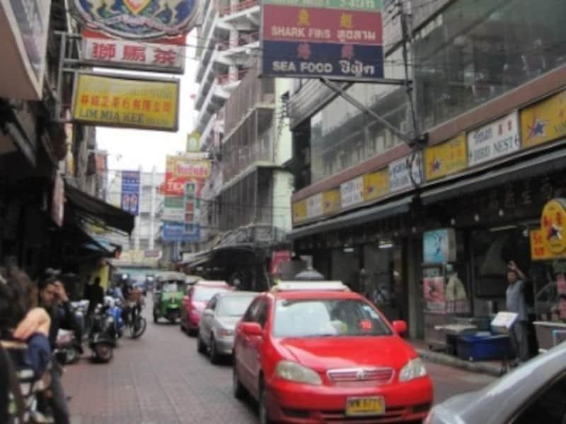 バンコク中心部、または最寄駅からタクシーに乗って中華街に行くのはよいが、中華街の中をタクシーで移動するのには渋滞の覚悟が必要