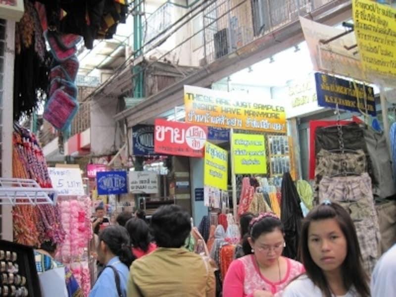 屋台街、市場、大通りは深夜まで多くの人で賑わっている