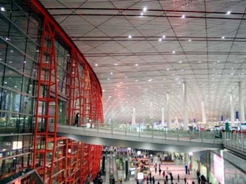 朱がアクセントの巨大ターミナル