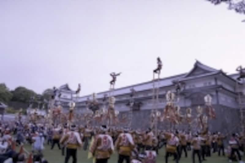 行列のゴール、金沢城公園で開かれる入城祝祭。写真は伝統の加賀飛びの様子