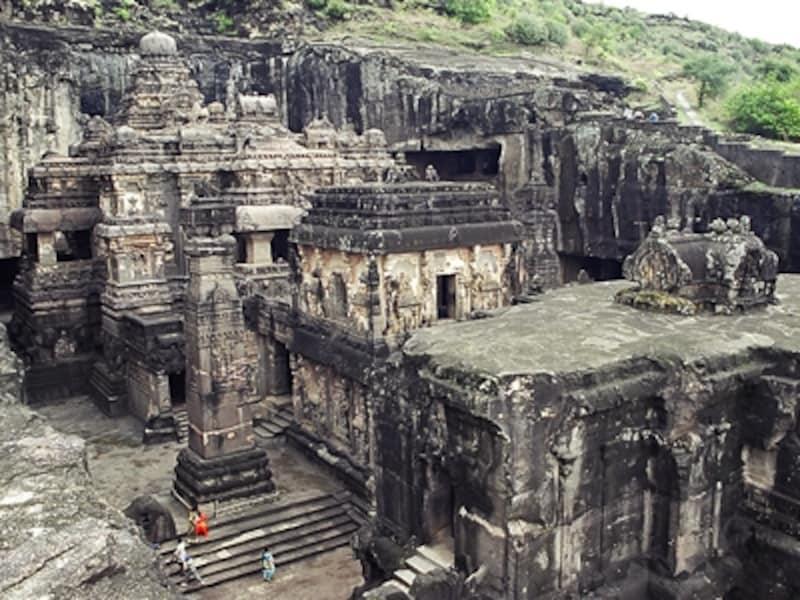 カイラーサナータ寺院。下に小さく見える人と比べると巨大さがわかる。この寺院、石を積み上げて造ったのではなく、岩を掘り抜いた「彫刻」。世界最大の彫刻ともいわれる©牧哲雄