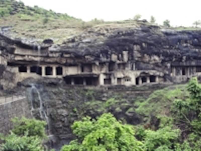 山中をくり抜いて造られたエローラ石窟群©牧哲雄