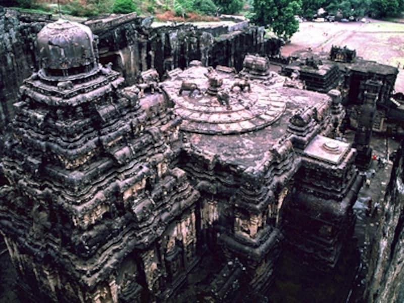 丘から見下ろすカイラーサナータ寺院。寺院のあちこちに精緻な彫刻が彫られている。エローラのほとんどの寺院は石窟の中にあるが、この寺院はほとんど露出している©牧哲雄
