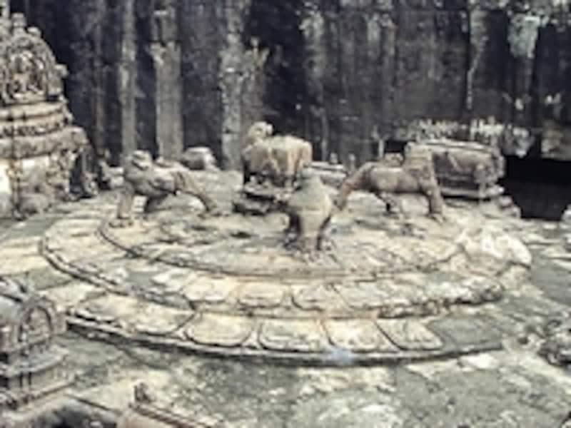 カイラーサナータ寺院の上部に掘られた4頭の獅子像©牧哲雄