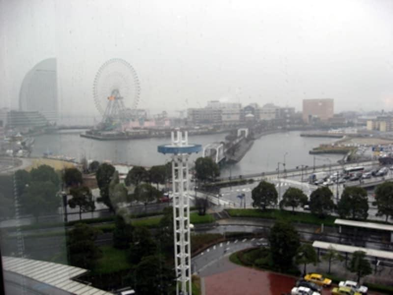 """プレミアムラウンジ「SaloonHimmel」からの眺望。MM21と横浜港を見渡せる""""横浜らしい""""空間"""
