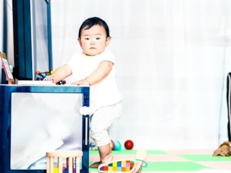 つかまり立ち後、そのまま足を交互に出して、つたい歩きをはじめる赤ちゃんも