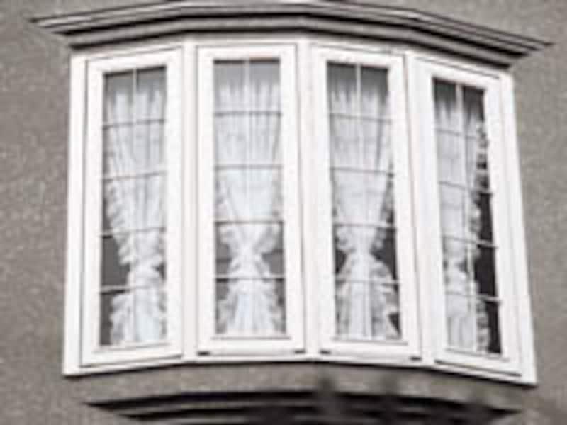 小窓を飾るカーテンテクニック