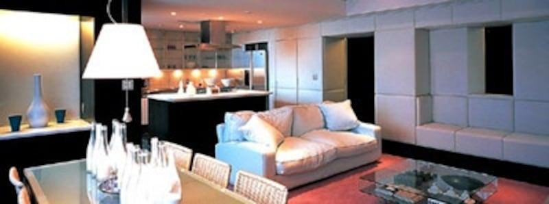 六本木ヒルズのレジデンスでも使用されたどんす張り(壁面)。モダンな空間を穏やかで落ち着いた雰囲気に。写真は川島織物セルコンの「FAB-ACE」。(画像:川島織物セルコン)