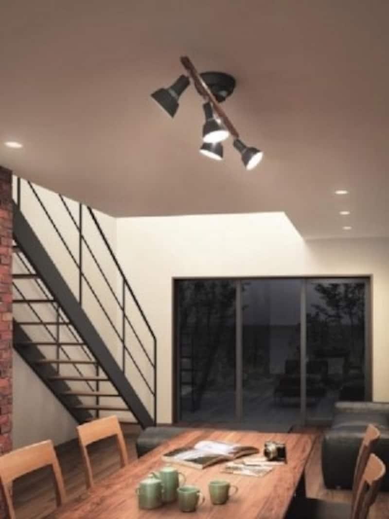 アイアン風仕上げの金属とダークカラーの木の組み合わせが面白い、ヴィンテージテイストのスポットシャンデリア(画像:コイズミ照明undefinedAA43183L)