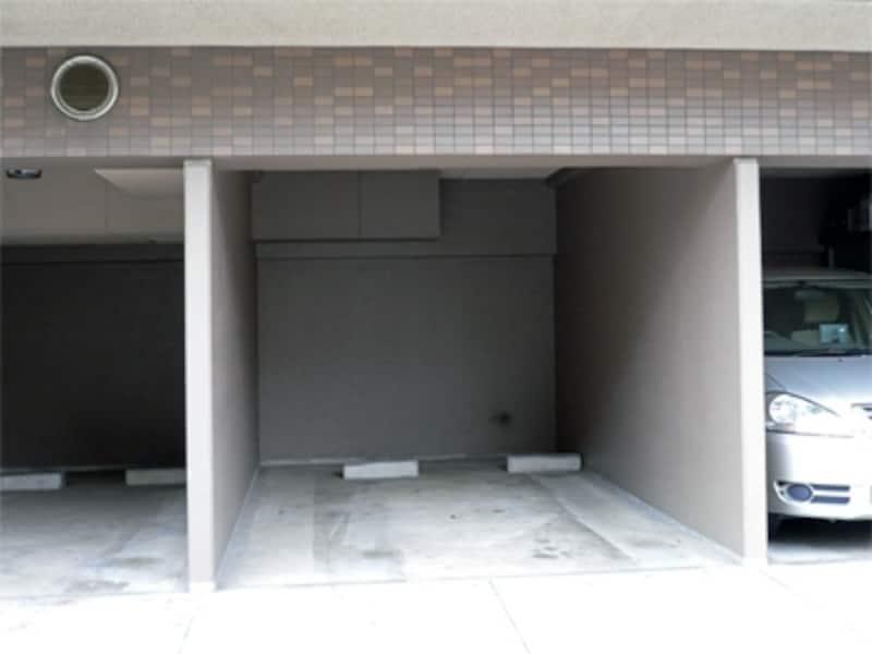 マンション1階の区分された駐車場