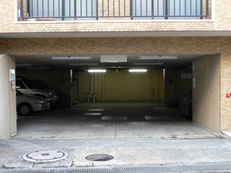 マンション1階部分の駐車場