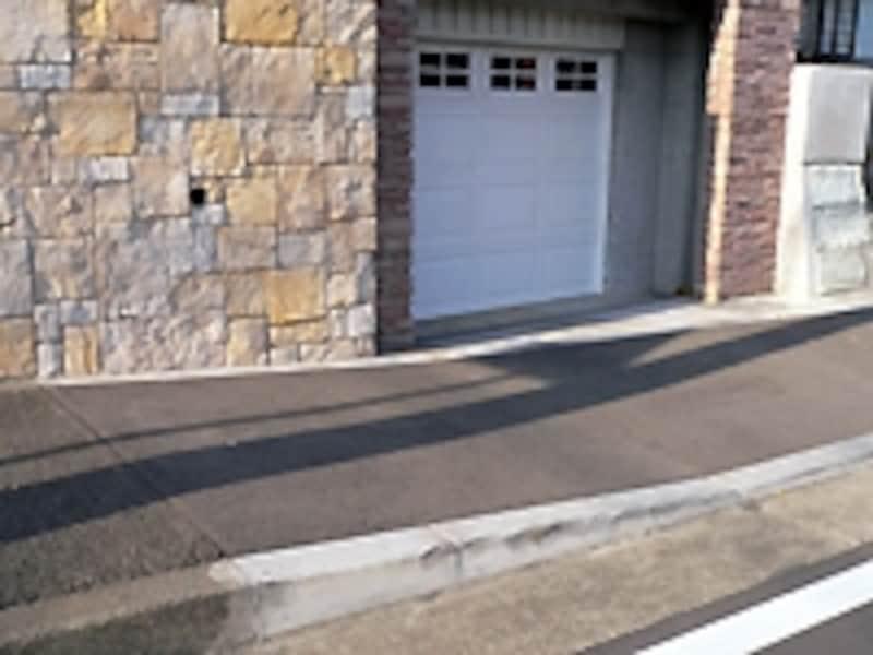 車庫と歩道