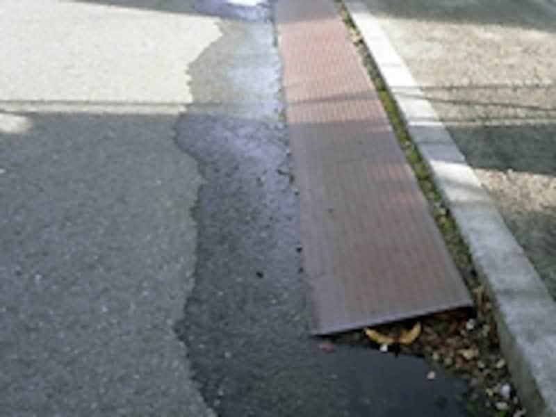歩道の段差部分に置かれた鉄板