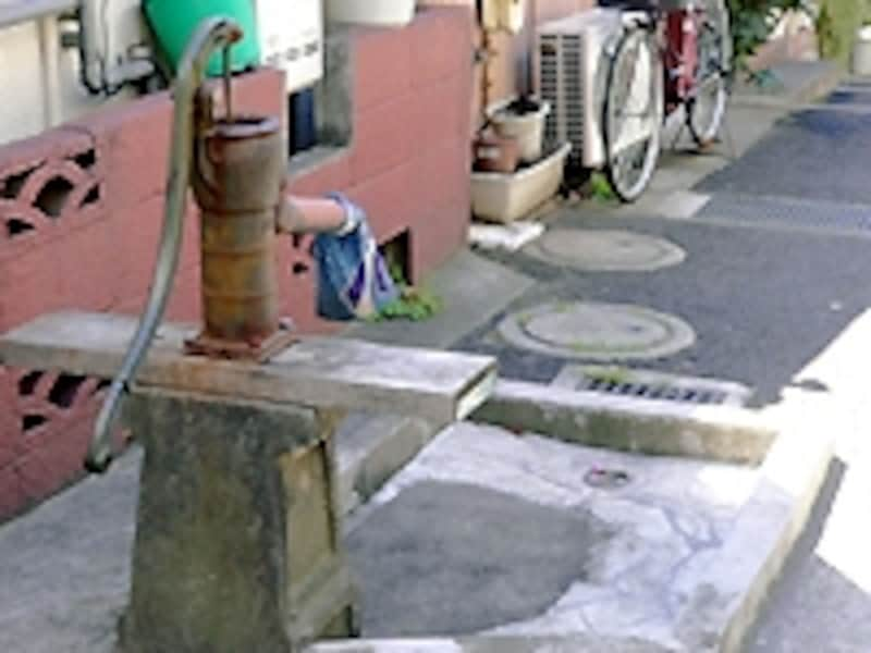 路地に残された井戸