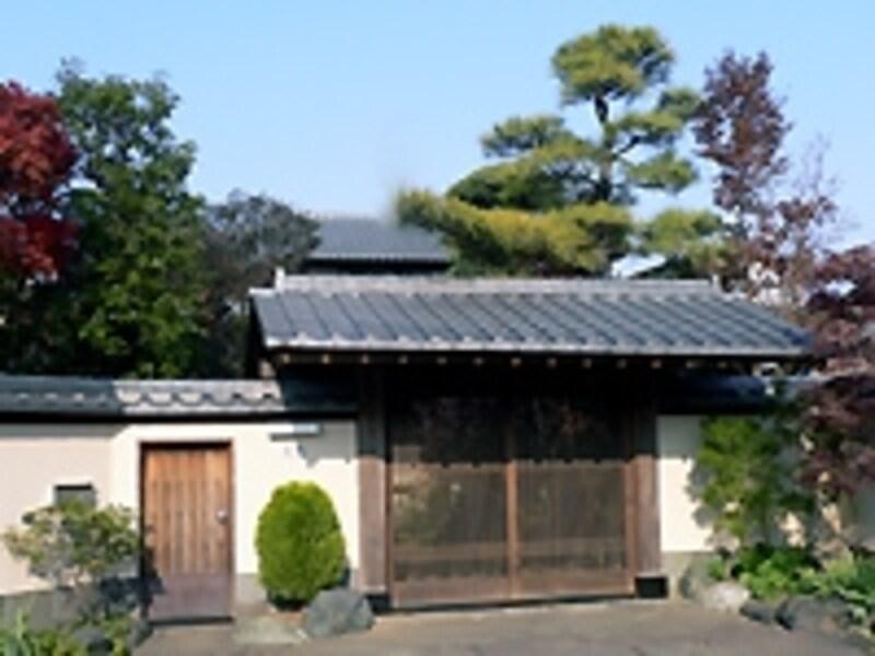 古い邸宅の門