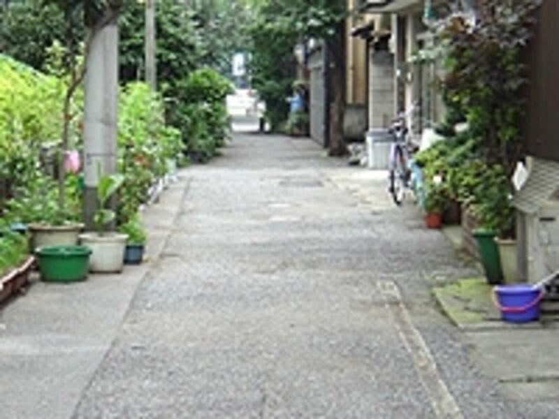 住宅地の古い道路